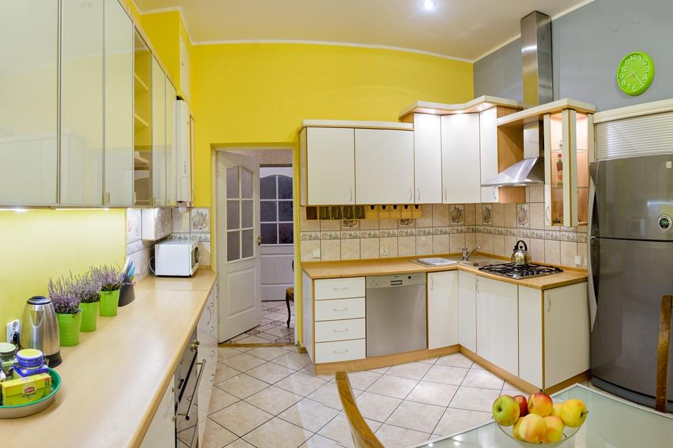 ładna kuchnia z lodówka i wyposażeniem